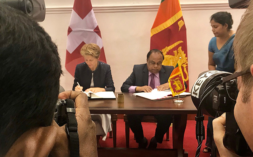Federal Councillor Simonetta Sommaruga and Seneviratne Bandara Nawinne, Minister of Interior of Sri Lanka, right, sign a memorandum of understanding concerning a migration partnership